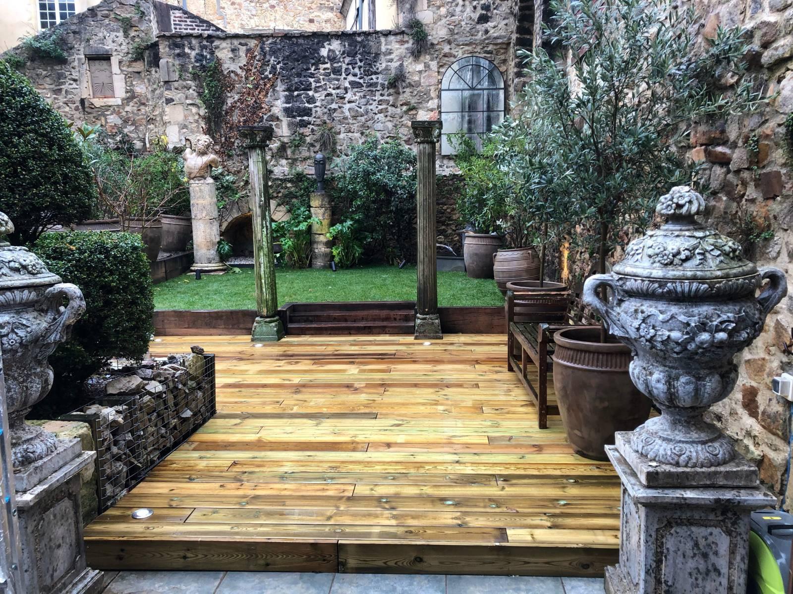 Terrasse bois, piliers bois et marches soutènement